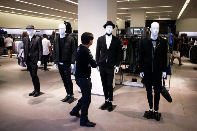 Negozio di Bangkok, i vestiti neri sono ovviamente esposti in primo piano. EPA/Diego Azubel