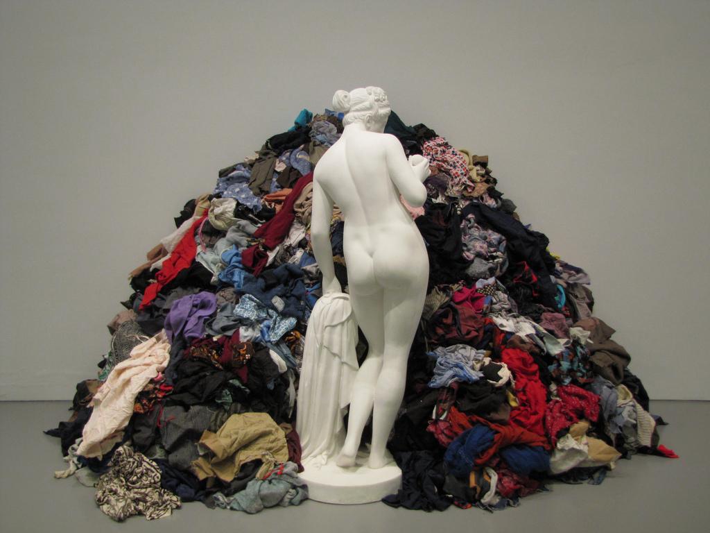 Che cos'è il Fast fashion? Il fast fashion non è un nuovo fenomeno, ma è cresciuto ad un ritmo tale da compromettere le pratiche ambientali sostenibili