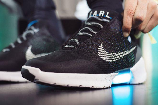 Nike quest anno ha lanciato prodotti quali per esempio le visionarie  sneakers HyperAdapt ispirate al film di Ritorno al Futuro che si  autoallacciano da sole ... e16c857672ef8