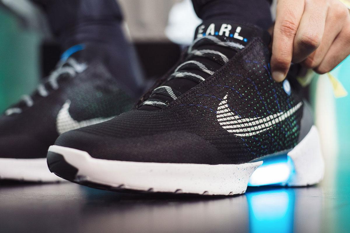 super popular 99a19 35225 La Tecnologia Nascosta Dentro alle Scarpe che si Allacciano da Sole di Nike