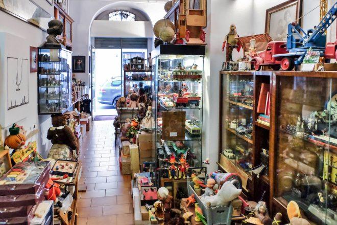 Via Donizetti 2, il negozio Ricordi e Balocchi del signor Giorgio Crippa
